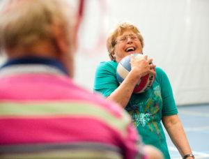 Wilt u graag meer beweegmogelijkheden realiseren voor uw bewoners of cliënten? Onze cursus Recreatief spel en bewegen voor ouderen laat u kennismaken met verschillende spellen voor deze doelgroep. Bekijk nu.