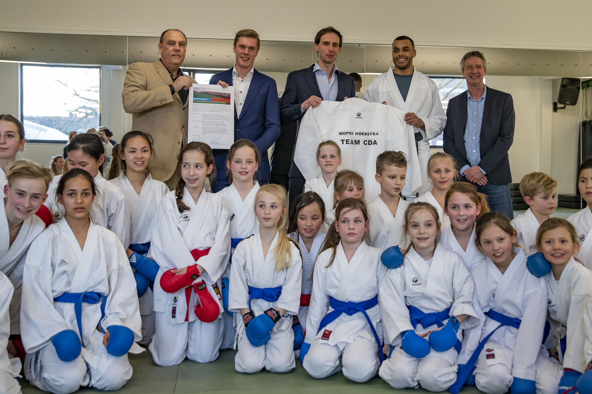 Wopke Hoekstra, minister van Financiën heeft bij Kenamju Haarlem een sportmanifest in ontvangst genomebn
