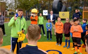 Jordy van Kesteren brengt kinderen wekelijks in beweging op het Cruyff Court.