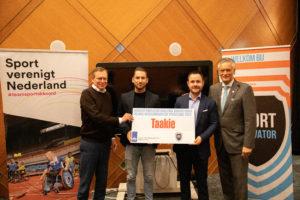 Team Sportservice en Sportscloud nemen cheque in ontvangst van Minister Bruno Bruins voor de ontwikkeling van Taakie