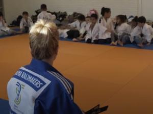 Buurtsportcoach Wilma op haar geliefde judovloer